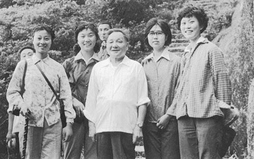 高中历史图片素材:1979年,邓小平与恢复高考后入学的大学生