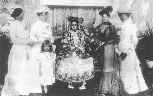 高中历史图片素材:《辛丑条约》签订后,慈禧太后与外国公使夫人们在一